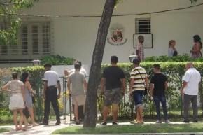 Un grupo de cubanos aguarda afuera del consulado (foto del autor)