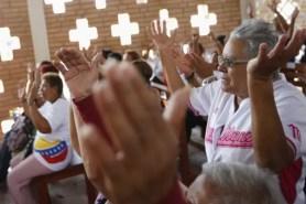 Venezolanos rezando por la salud de Hugo Chávez (foto tomada de Internet)