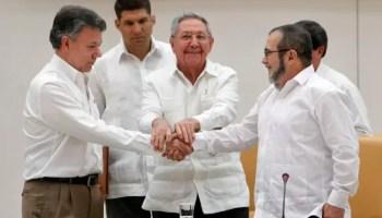 """Juan Manuel Santos y """"Timoshenko"""" estrechan manos junto a Raúl Castro (Foto: AFP)"""