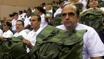 Médicos cubanos antes de salir en misión internacionalista (foto. Reuters)