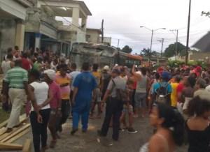 Momento en que el ómnibus es retirado (foto de Ernesto Aquino)