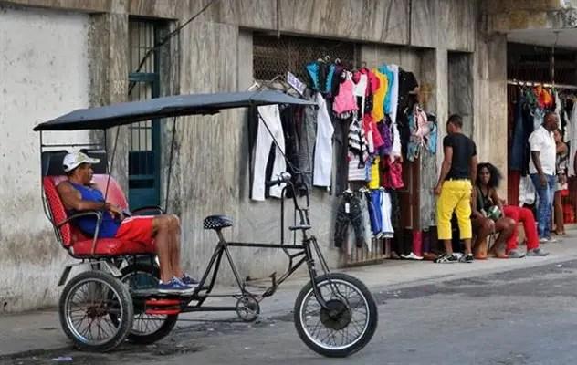 Algunos negocios privados han desaparecido, como la venta de ropas, y los bicitaxis son hostigados continuamente (foto tomada de internet)