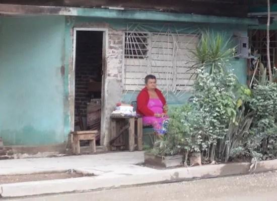 Mujer vendiendo a la entrada de su casa (Foto: Ana León)
