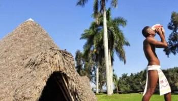 """""""Taíno"""" en la """"aldea"""" Guamá soplando en un cobo o caracol (foto Martí Noticias)"""