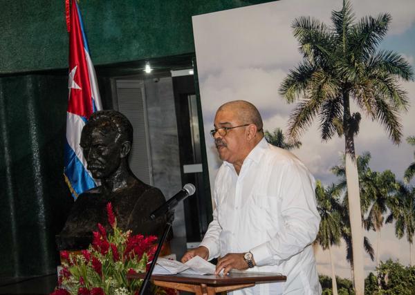 Pedro de la Hoz, Premio Nacional de Periodismo José Martí 2016 por la Obra de la Vida, interviene a nombre de los homenajeados (Foto: Marcelino Ortiz Vázquez/ACN)