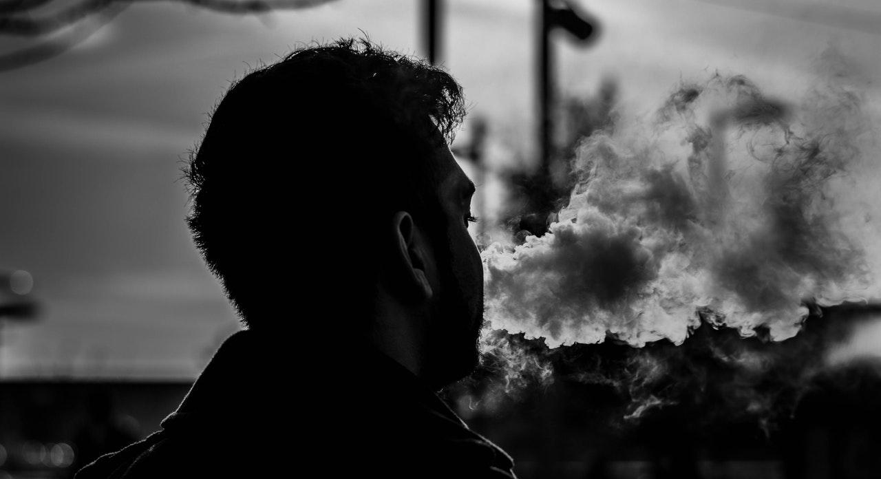 消費税100%の世界が日本にあるって知ってた?下流貧乏はタバコを買い、セミリタイアを目指す者はタバコ株を買う。