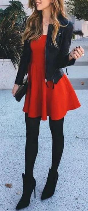 vestido rojo con mallas negras y chaqueta de cuerpo para navidad