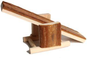 juguete-para-conejo-balancín-de-madera-natural