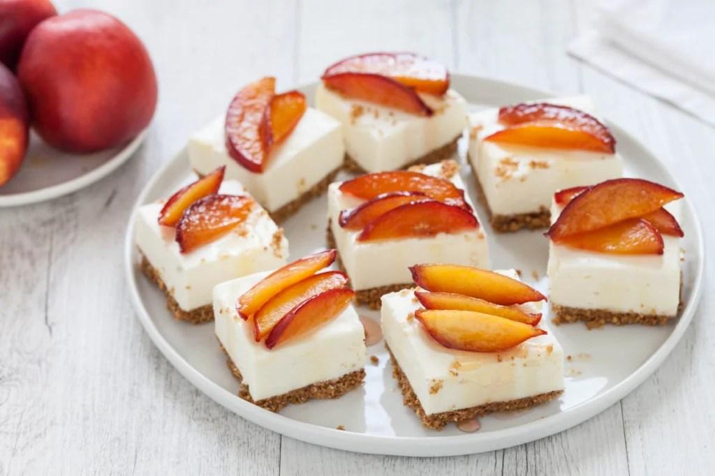 Barrette Di Cheesecake Al Cioccolato Bianco Con Pesche Caramellate