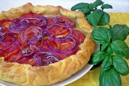 Pasta sfoglia con pomodori e cipolle