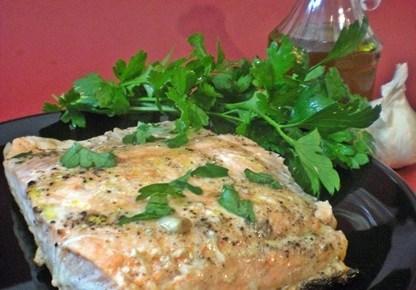 Salmone in padella con aglio e prezzemolo