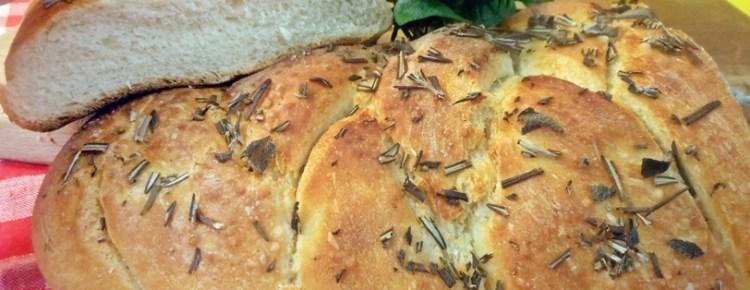 Treccia di pane aromatizzato al rosmarino e salvia