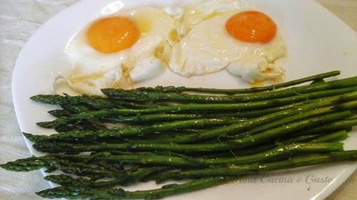 Uova al tegamino con asparagi