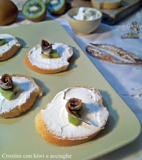crostini con kiwi e acciughe