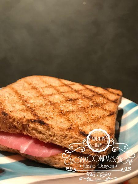sandwich al pane integrale prosciutto crudo e mozzarella di bufala Sandwich al pane integrale prosciutto crudo e mozzarella di bufala Sandwich prosciutto crudo e mozzrella con pane integrale