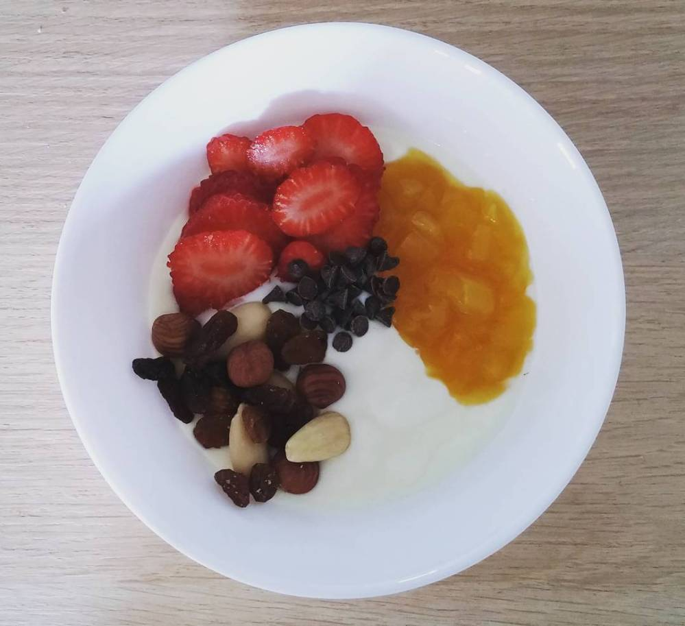 #breakfast #yogurt #strawberries #chocolate #driedfruit #mango #mix #mixed #light #lightfood #healthy #summer #diet #dukan #vividulight