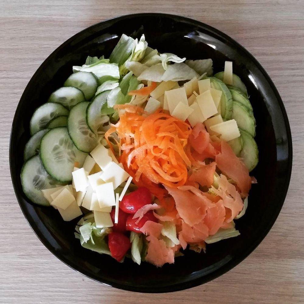 #summer #cooking #salad #carrot #cucumber #zucchini #salmon #gouda #tomato #sun #lightfood #lowfat #lowfat #diet #dukan #quartafase #wayoflife #vividulight #lunch
