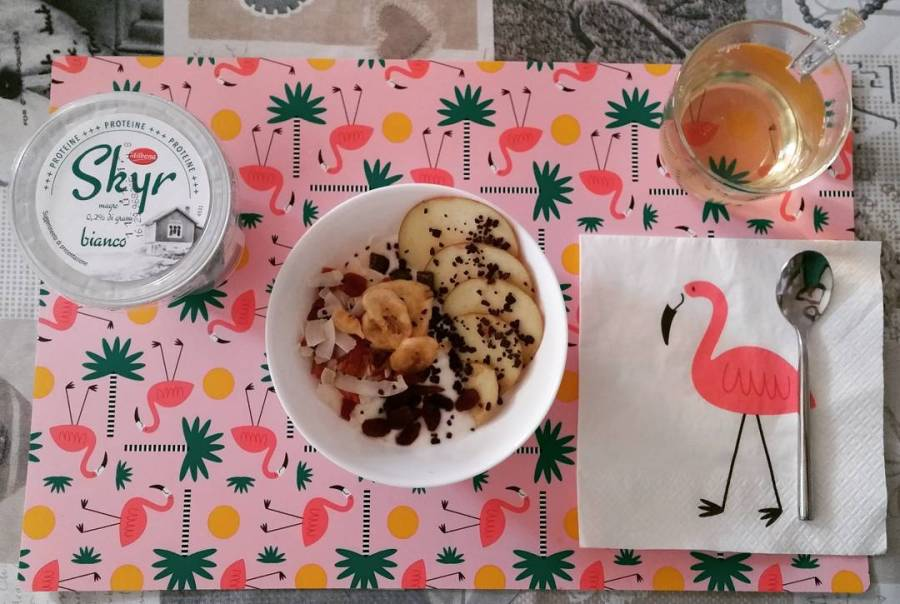 #vigilia #breakfast #skyr #whitetea #apple #chocolate #pinkflamingo #tiger #dukan #diet #quartafase #food #lightfood #youtubechannel #cucinaproteica #cucinadulight