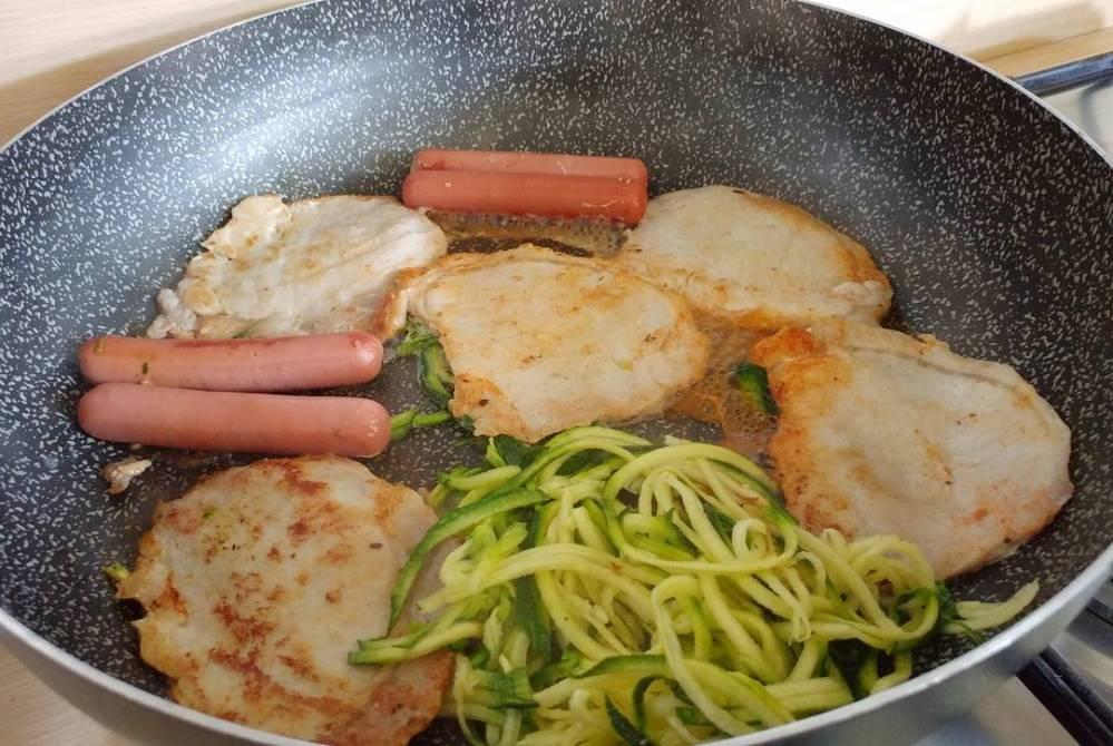 In diretta dalla pentola...fettine di lonza, spaghetti di zucchine e wurstel! Anche in quarta fase #sevuoipuoi !!! #lunch #proteinfood #lonza #zucchine #spaghetti #wurstel #cibo #lightfood #highprotein #lowcarb #fitness #fitfood #dukan #diet #quartafase #cucinaproteica #cucinadulight