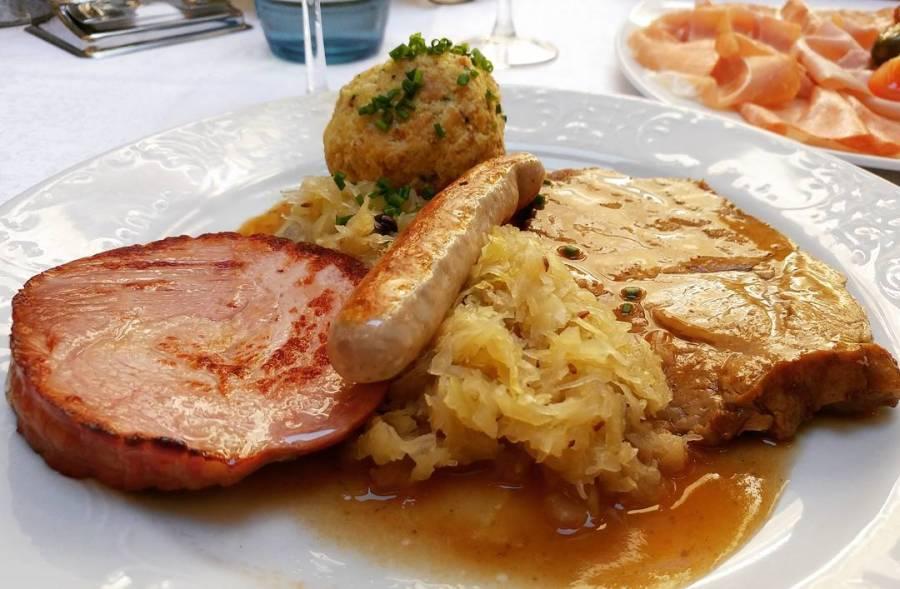 Pranzo al ristorante da quarta fase: l'importante è aver buonsenso nelle porzioni! #canederli #arrosto #wurstel #crauti #affettati #dukan #diet #quartafase #buonsenso #trentino #merano #food #goodfood #asfaltart