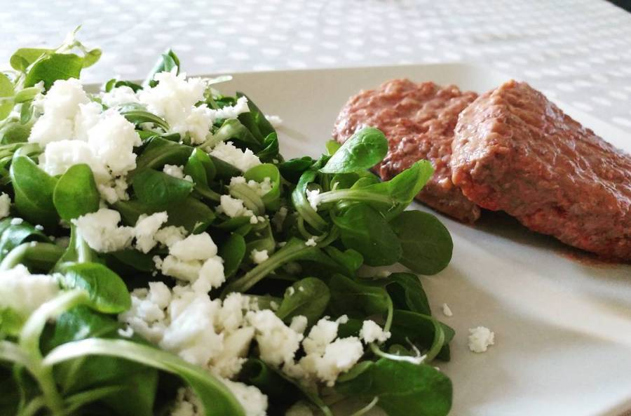 Cena di quarta fase veloce veloce! #dinner #hamburger #scottona #valeriana #feta #fetalight #dukan #diet #dieta #quartafase #weightloss #style #lifestyle#fitness #lightfood #fitfood #highprotein #lowcarb #lowfat #cucinaproteica #cucinadulight