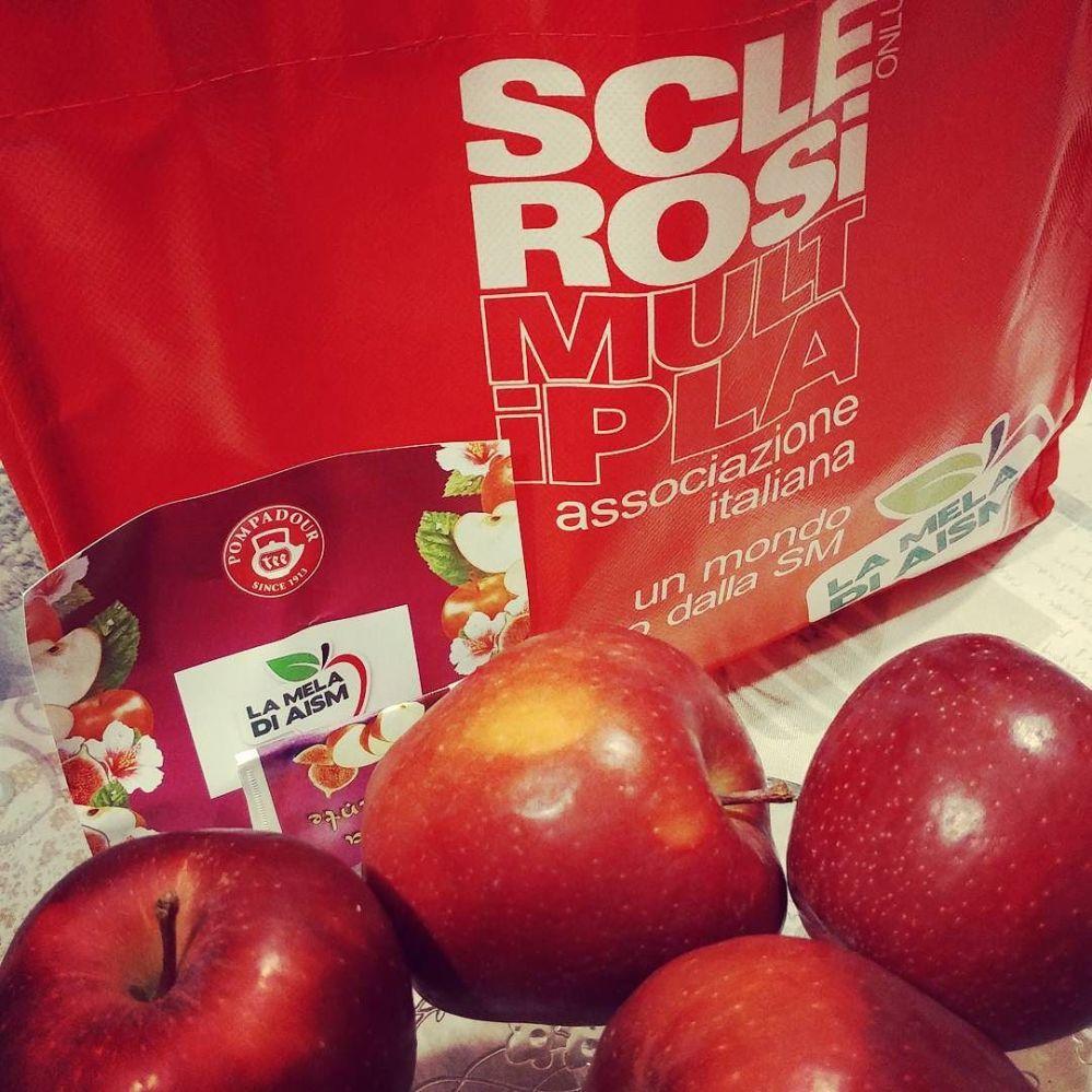 E dopo le pere di #abiobrescia oggi si merenda con le mele di aism! #aism #mele #sclerosimultipla #onlus #volontariato #cibosano #healthyfood #aismbrescia