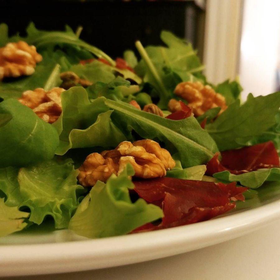 Insalata autunnale: rucola, insalatina verde, bresaola, noci e olio evo 🍁🍂🍃 #salad #bresaola #rucola #noci #olio #evo #chef #cheflife #dukan #diet #quartafase #weightloss #fitness #fitfood #lightfood #autumn #foodblogger #cucinaproteica #cucinadulight