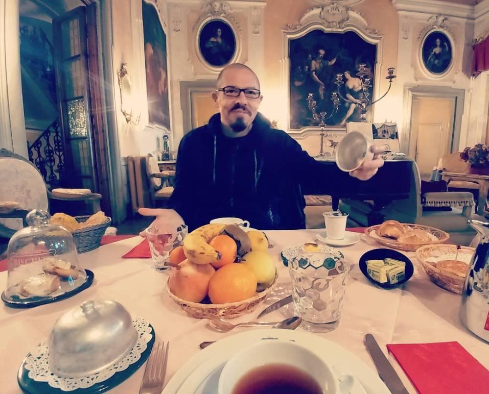 Colazione reale in villa Tronci. Tanti stuczzichini e poi di corsa al Lucca Comics a far chilometri!💪✌✌ #villa #lucca #luccacomics2017 #breakfast #tea #coffee #formaggio #marmellata #dolcetti #dukan #diet #quartafase #chef #cucinaproteica #cucinadulight