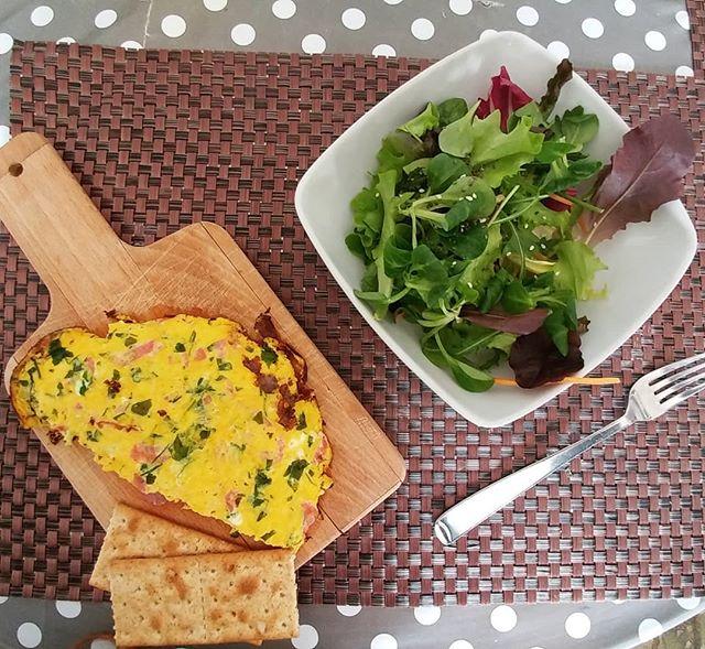Pranzo dalla mamma ❤ Insalata mista, frittata con emmenthal, salame di prosciutto ed erbette! #lunch #mumshouse #home #mummy #insalata #frittata #eggs #salame #lightfood #dukan #diet #dieta #dukanitalia #quartafase #weightloss #fitness #fitfood #cucinaproteica #cucinadulight