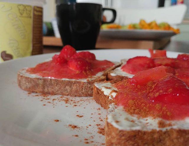 Oggi lo sfondo è quasi più interessante del soggetto in primo piano...colazione e preparazione nuova videoricetta!😍❤ #breakfast #bresciafood #jctella #tibiona #preparati #dukan #dukanitalia #lightfood #fitness #benessere #cibosano #fragole #pane #spoiler #videoricette #youtube #youtubers #diet #cucinaproteica #cucinadulight