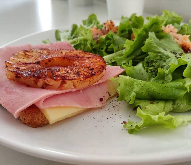 Cenetta veloce e fresca! Toast hawaiano e insalatina con salmone! #toast #hawaii #ananas #pineapple #cotto #gouda #insalata #dukan #diet #dieta #fitness #fitfood #lightfood #benessere #cibosano #foodblogger #bresciafood #weightloss #wayoflife #cucinaproteica #cucinadulight