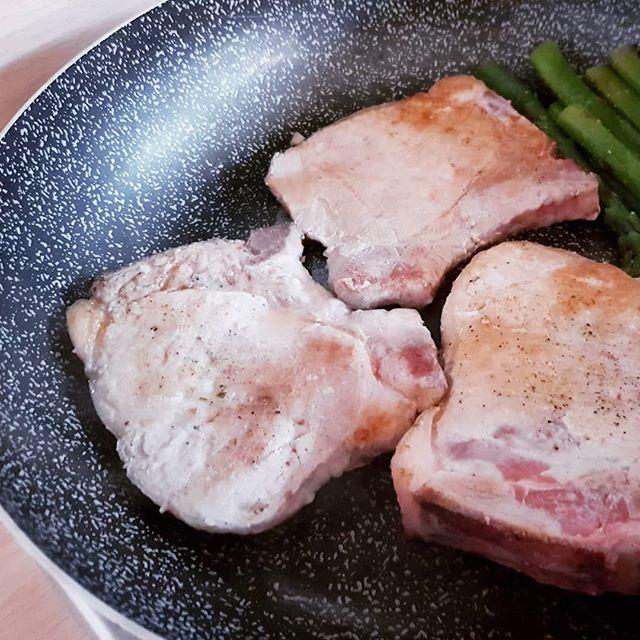 Carne a volontà! 4 Braciole della @santantonio_macelleria in padella....e asparagi🍗🍖 Vi aspettiamo nel nostro gruppo fb dieta dukan Italia! 😊😉 #braciole #benessere #bresciafood #dukan #diet #dietadukanitalia #fitness #cibosano #perderepeso #protein #light #chef #cheflife #stiledivita #cucinaproteica #cucinadulight