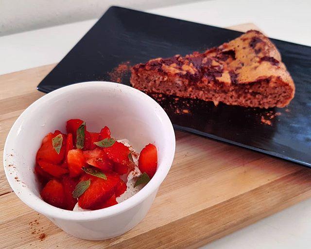 Pancake cioccolatoso (preparato dulight con aggiunta di cacao 1%), fragole e goldessa! Buongiorno sia! 🤩 #pancakes #chocolate #strawberry #dukan #diet #ddi #lightfood #cibosano #informa #spring #bresciafood #fitness #benessere #breakfast #chef #cheflife #cucinaproteica #cucinadulight