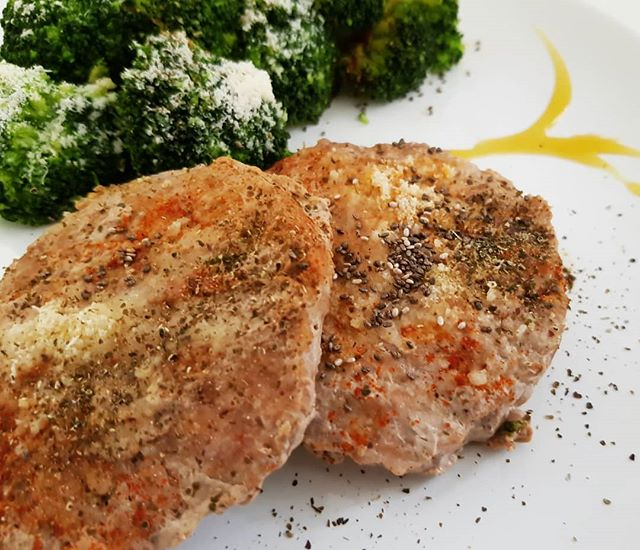 #hamburger #broccoli #paprika #parmigiano #lunch #dukan #diet #dietadukanitalia #fitness #benessere #fitfood #cibosano #perderepeso #protein #light #chef #cheflife #stiledivita #cucinaproteica #cucinadulight