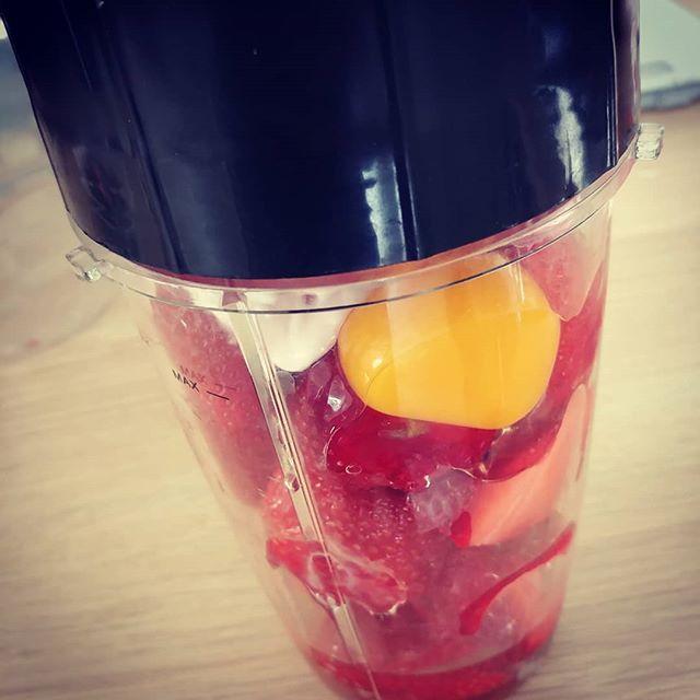 Che si prepara oggi? Qui torta double strawberries con fragole fresche e skyr. Una passata nel nutriblitzer, aggiunta di qualche farina alternativa e via in forno! Trovate la ricetta completa sulla pagina fb di cucina dulight!😋 #sevuoipuoi #benessere #cibosano #lightfood #dukan #diet #dieta #quartafase #informa #inforno #chef #cheflife #strawberries #skyr #nutriblitzer #cucinaproteica #easyfood #bresciafood #cucinadulight