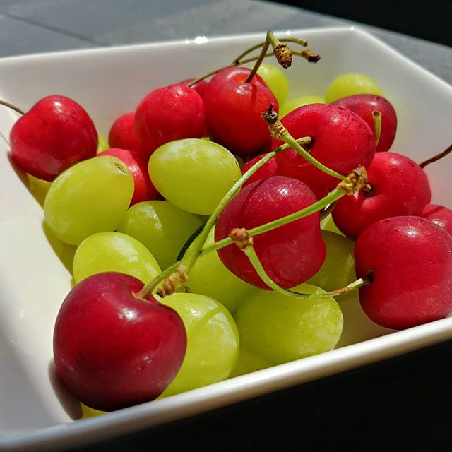 Una ciliegia tira l'altra...ma anche l'uva senza semi ha il suo perché! Merenda al sole 🌞 #ciliegie #uva #grape #cherry #red #green #merenda #easyfood #quartafase #dukan #diet #dieta #benessere #cibosano #informa #fitness #wellness #wayoflife #weightloss #fruits #summer #sun #lightfood #vitamin #cucinaproteica #cucinadulight