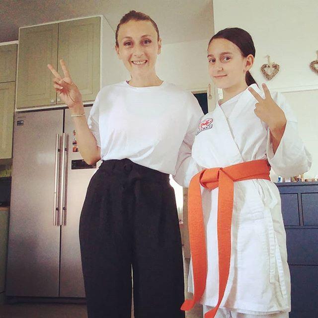 """E stasera pronte per la lezione """"mamma e papà vi insegno il karate""""! Tanti ricordi...la cintura verde riposta 20 anni fa nell'armadio che però in fondo mi è rimasta addosso facendomi tornare alla mente posizioni, comandi, kata. Un doveroso grazie ai maestri, e uno ancora più enorme alla mia insegnante speciale: Alissa! #karate #artimarziali #mumanddaughter #fitness #togheter #mum #alissa #fun #sport #lezionidivita #wayoflife #love #youandme"""