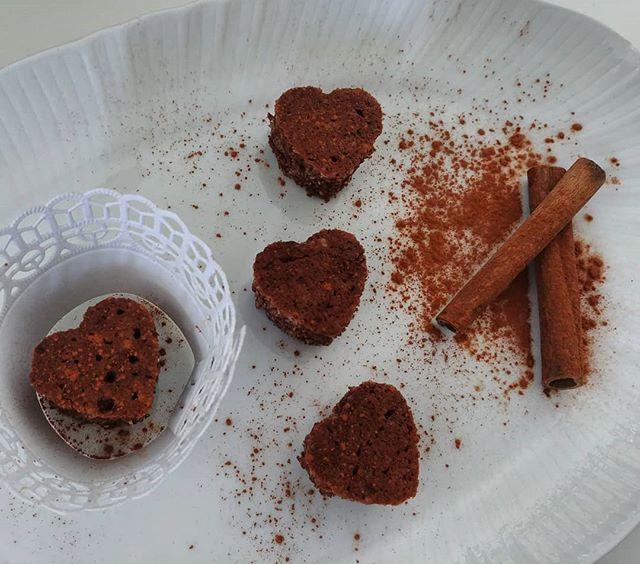 Domani è il gran giorno per mia sorella (no, non si sposa. In famiglia puntiamo sull'intelligenza. 😆)! E per una nuova Dottoressa che nasce ci vogliono tanti cuoricini pucciosi come portafortuna. Anche perché non ho la formina quadrifoglio. 🍀 Preparato per mug dulight con aggiunta di cannella. #mug #mugcake #dukan #diet #dietadukanitalia #ddi #lightfood #preparati #tibiona #cibisano #proteinfood #fastfood #easy #sumner #cuore #patisserie #pastry #pastrychef #bonbon #cake #love #laurea #graduation #dottoressa @debby_capitanio