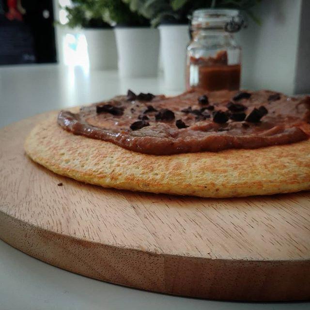 Scuole chiuse...facciamo i pancakes e la marmellata di cachi! Ingredienti: 💜1 confezione di preparato per pancakes dulight (lo trovate su tibiona) ❤1 kg di cachi maturi 💜1 limone ❤4 cucchiai di cannella in polvere 💜1 mela ❤dolcificante a piacere 💜un pizzico di farina di semi di carrube Procedimento: 1. Preparate i pancakes come da istruzioni 2. Togliete la pelle a cachi e mela 3. Tagliate la mela a tocchetti e mischiatela alla polpa dei cachi 4. Aggiungete il succo del limone e lasciate a riposo per 15 minuti 5. Mettete la frutta in una casseruola, aggiungete fdsc, cannella e dolcificante. c 6. Cuocete per circa 40 minuti mescolando spesso. 7. Travasate la marmellata nei contenitori di vetro e lasciatela raffreddare (io la mangio anche calda!). Buona colazione!!💜❤💜❤ #breakfast #pancakes #marmellata #cachi #scuolechiuse #incucina #aiutanti #colazione #sun #lightfood #cibobuono #ciboleggero #dukan #diet #dieta #dietadukanitalia #cooking #chef #cheflife #senzazuccheriaggiunti #goodfood #fitness #fitfood #cucinaproteica #cucinadulight