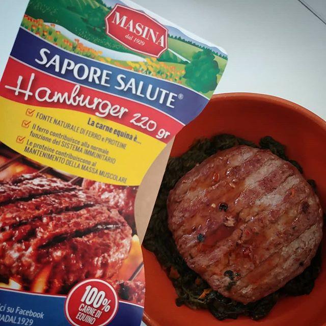 Hamburger di equino 220 gr e spinaci. Che dire, Buon pranzo!😋🍖 #hamburger #equino #spinach #protein #diet #dieta #dukan #lowfat #highprotein #chef #foodblogger #cibobuono #lunch #autumn #lightfood #fitfood #cucinaproteica #cucinadulight