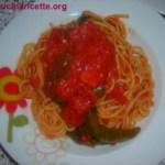 Spaghetti con peperoncini verdi e salsa piccante