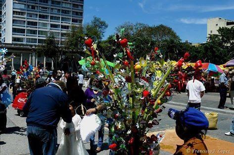 Tradición de El Mico y la Paloma en Catedral Metropolitana en nuestros días. foto compartida Juan Alberto Sandoval Aldana