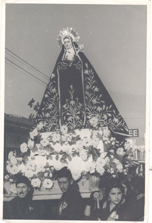 Una sobria cofia enmarcaba el rostro de la Virgen de Dolores. Viernes Santo 1955