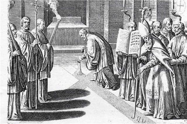 Imagen 6, se canta el veni creator, cuando se hace la cruz con cenizas en el suelo