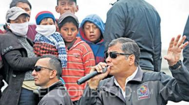 Correa speaking to residents of Maulo on Tuesday. Photo credit: El Comercio