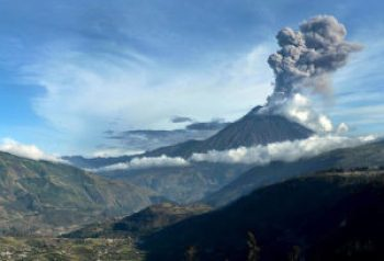 A gas and ash plume rise about the Tunguarahua volanco Thursday. Credit: El Telegrafo