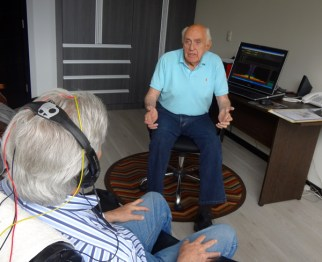 Dr. Kelly Bennett explains the acoustic feedback process of Brain Dynamics to a client.