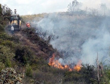 Firefighters work to contain a brush fire new Nabon. Photo credit: El Mercurio