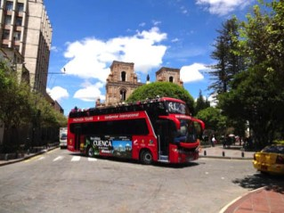 The tour buses leave from the east side of Parque Calderon