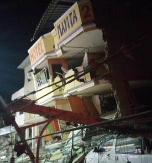 A collapsed hotel in Manta.